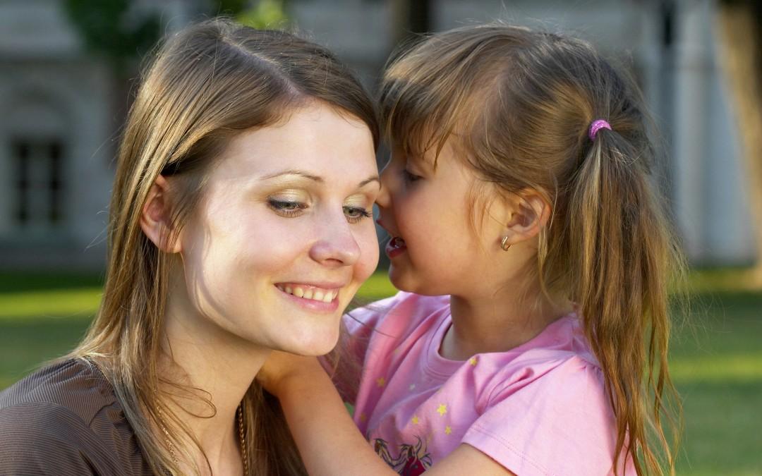 7 συμβουλές για το πώς να μιλάτε σε ένα παιδί που τραυλίζει.